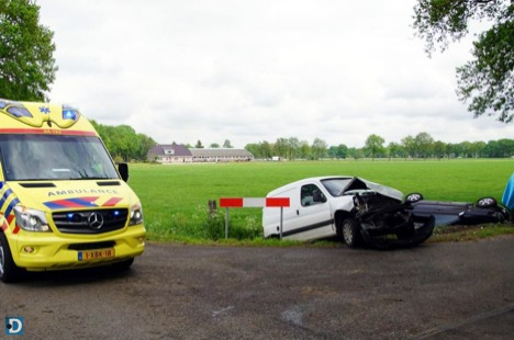 Auto belandt in sloot na botsing in Staphorst